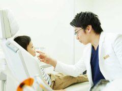 男性歯科医師からの診察を受けている男の子